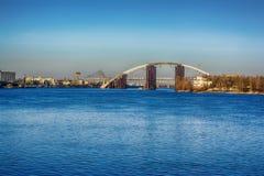 La visión desde el cuadrado postal a la nueva construcción de puente en el río de Dnieper, Kiev, Ucrania Imagenes de archivo