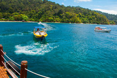 La visión desde el embarcadero con las islas de SAPI en Gaia Sabah, Malasia Foto de archivo