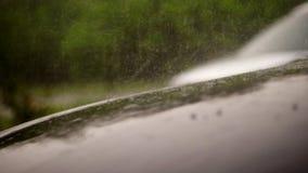 La visión desde el exterior, allí es fuertes lluvias, ducha, descensos cae en la capilla del coche del coche negro vacío que se c almacen de metraje de vídeo