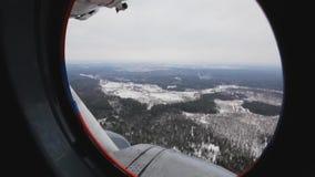 La visión desde el helicóptero de la ventana en una nieve metrajes