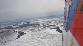 La visión desde el helicóptero en un invierno de la nieve metrajes