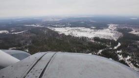 La visión desde el helicóptero en un invierno de la nieve almacen de video