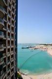 La visión desde el hotel de la ventana de los edificios y de la bahía Foto de archivo libre de regalías