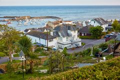 La visión desde el jardín de la orilla del mar al puerto de Cobb de Lyme Regis Dorset del oeste Englandst Dorset inglaterra fotos de archivo libres de regalías