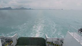 La visión desde el lado trasero de un transbordador está viajando en el mar metrajes
