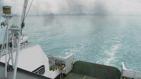 La visión desde el lado trasero de un transbordador está viajando en el mar almacen de video