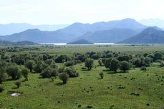 La visión desde el lago Skadar de la montaña Foto de archivo