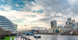La visión desde el puente de la torre en panorama del paisaje urbano de Londres con el HMS sea fotos de archivo libres de regalías