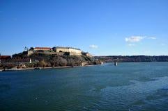 La visión desde el puente de Varadin en el río internacional el Danubio y la fortaleza que se hace en los 1780 años Foto de archivo