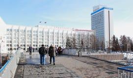 La visión desde el puente peatonal en la administración de Krasnoyarsk fotos de archivo