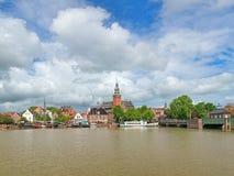 La visión desde el río de Leda en ayuntamiento y viejo pesa la casa en mirada de soslayo, Alemania imagenes de archivo