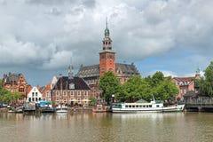 La visión desde el río de Leda en ayuntamiento y viejo pesa la casa en mirada de soslayo, Alemania foto de archivo