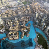 La visión desde el rascacielos abajo en la ciudad en Dubai Foto de archivo libre de regalías