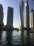 La visión desde el rascacielos abajo en la ciudad en la puesta del sol en Dubai Foto de archivo libre de regalías