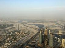 La visión desde el rascacielos abajo en la ciudad en la puesta del sol en Dubai Imagen de archivo libre de regalías