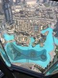La visión desde el rascacielos abajo en la ciudad en la puesta del sol en Dubai Fotos de archivo