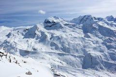 La visión desde el Rothorn 3.103 m muestra los picos más altos de las montañas suizas Valais, Switzerland Imagenes de archivo