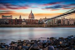 La visión desde el Támesis ejerce la actividad bancaria a St Pauls Cathedral en Londres, Reino Unido Foto de archivo libre de regalías