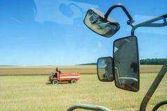 La visión desde el taxi de la cosechadora en los espejos de la vista posterior y del coche de bomberos listos para extinguir, en  fotos de archivo libres de regalías
