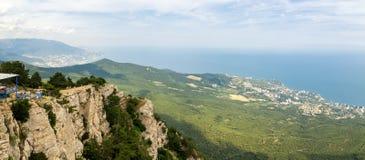 La visión desde el teleférico de AI-Petri de la montaña, la costa de Yalta, la Crimea, el Mar Negro fotografía de archivo