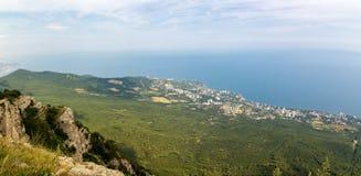 La visión desde el teleférico de AI-Petri de la montaña, la costa de Yalta, la Crimea, el Mar Negro fotos de archivo libres de regalías