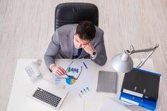 La visión desde el top en el hombre de negocios que trabaja en cartas de negocio Imagen de archivo libre de regalías
