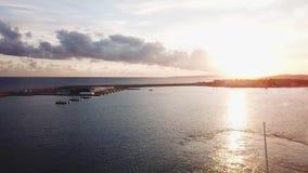 La visión desde el yate en la puesta del sol en el mar existencias Puesta del sol dramática hermosa en el mar Los sueños vienen v metrajes