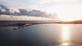 La visión desde el yate en la puesta del sol en el mar existencias Puesta del sol dramática hermosa en el mar Los sueños vienen v almacen de video