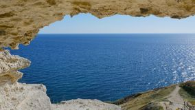 La visión desde la gruta al mar azul almacen de video