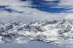 La visión desde Klein Cervino 3.883 m muestra los picos más altos de las montañas suizas Valais, Switzerland Fotos de archivo