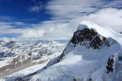 La visión desde Klein Cervino 3.883 m muestra los picos más altos de las montañas suizas Valais, Switzerland Imagen de archivo libre de regalías