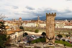 La visión desde la colina a las catedrales y a las torres de Florencia fotos de archivo libres de regalías