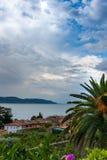 La visión desde la pequeña ciudad vieja del tejado en el lago Imagen de archivo libre de regalías