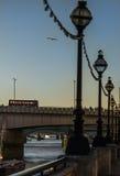 La visión desde la 'promenade' del río y el puente en Londres, w Imágenes de archivo libres de regalías
