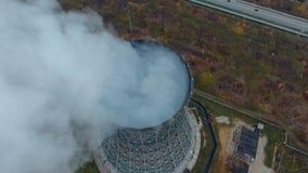 La visión desde la tapa Torres de enfriamiento de una central eléctrica fuming, cociendo al vapor almacen de video