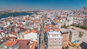 La visión desde la torre de Galata al horizonte de oro del cuerno y de la ciudad con rojo cubre el timelapse, Estambul, Turquía metrajes