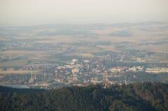 La visión desde la torre de observación de la ciudad en el valle Imagen de archivo libre de regalías