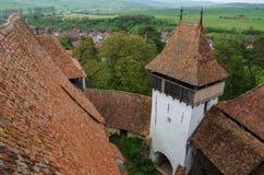 La visión desde la torre de Viscri fortificó la iglesia (castillo), Transylvani foto de archivo