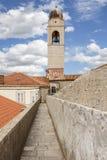 La visión desde los terraplenes sobre la ciudad y el campanario de la catedral Fotos de archivo