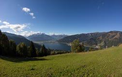 La visión desde Mitterberg a Zell considera el lago Zell y Kitzsteinhorn Foto de archivo