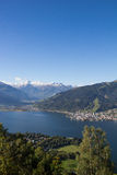 La visión desde Mitterberg a Zell considera el lago Zell y Kitzsteinhorn Imágenes de archivo libres de regalías