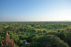 La visión desde la pagoda del shwesandaw a través de los campos del templo de Bagan en Birmania Imagenes de archivo