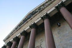 La visión desde la tierra en el ático y las columnas de la entrada del santo Isaak Cathedral en Sain Petersburg Foto de archivo