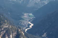 La visión desde Tre Cime enarbola las dolomías en el valle en el pueblo Auronzo di Cadore Italia Imagen de archivo