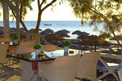 La visión desde un café de la playa, Santorini Foto de archivo libre de regalías
