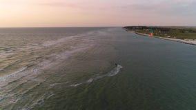La visión desde una altura, un kiter solitario navega a la orilla donde la gente coloca y descansa a gente metrajes