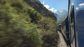 La visión desde la ventana de un tren del carril de Perú del picchu del machu almacen de video