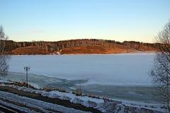 La visión desde la ventana en el hielo cubrió el lago Fotografía de archivo