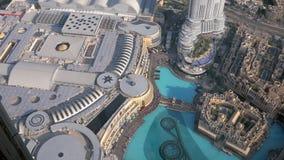 La visión en la entrada de la alameda de Dubai y la fuente de la plataforma de observación de Burj Khalifa se elevan almacen de metraje de vídeo