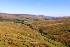 La visión en Swaledale de las tinas de la mantequilla pasa Yorkshire Imagenes de archivo